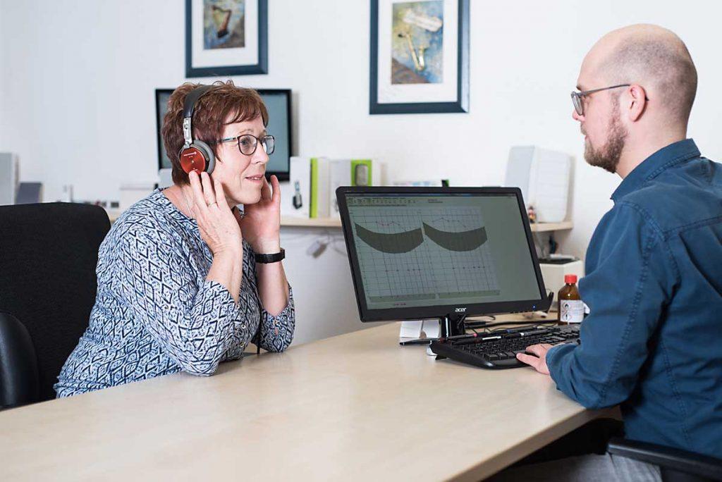 Hörakustiker macht mit Kundin einen Hörtest