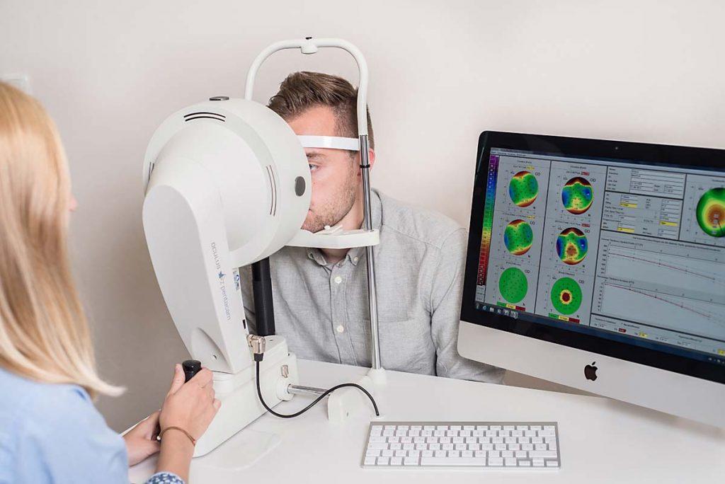 Optiker untersucht die Hornhaut mit der Pentacam